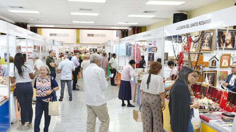 Cientos asisten a la Feria del Libro Católico